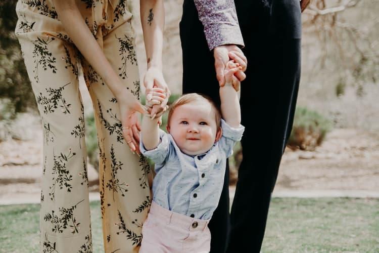 À quel âge bébé apprend-il à marcher ?